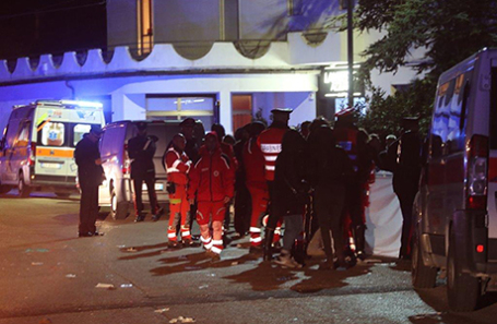 Полиция и скорая помощь около ночного клуба в Коринальдо, Италия.