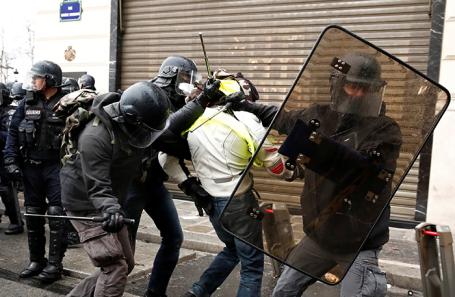 Задержание протестующих в Париже.