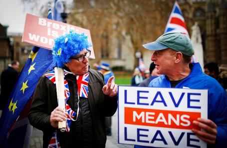 Противники и сторонники «Брексита» во время акции у здания парламента в Лондоне.