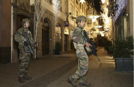 Военные охраняют место стрельбы на рождественской ярмарке в центре Страсбурга.