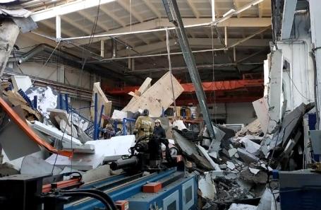 На месте обрушения крыши на территории завода ООО «Техногрупп», который производит оборудование для систем вентиляции, в городе Дзержинский.