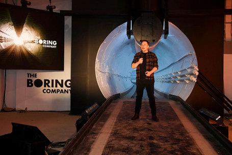 Илон Маск на открытии тоннеля.