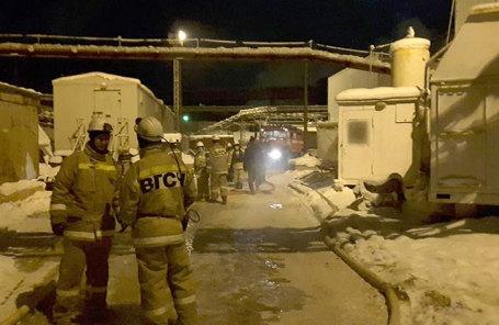 Сотрудники спасательных служб на территории шахты компании «Уралкалий» в Соликамске, где произошел пожар.