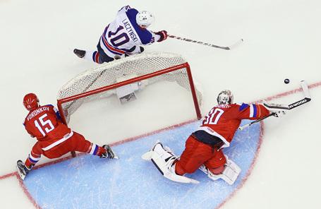 Эпизод матча Молодёжного чемпионата мира по хоккею. Архив.