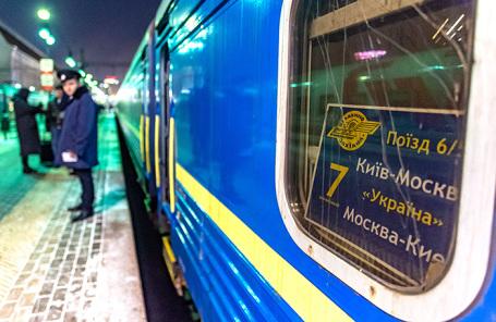 Москва. У поезда Москва - Киев на Киевском вокзале.