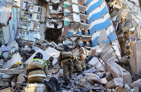 Сотрудники МЧС России на месте разбора завалов в результате взрыва газа в жилом доме в Магнитогорске.