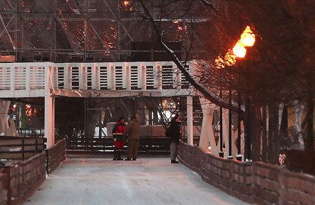 На месте обрушения пешеходного перехода через каток в Парке им. Горького.