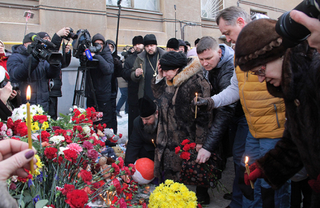 В память о погибших жители Магнитогорска несут цветы и игрушки к дому, где произошел взрыв газа.