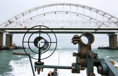 Вид на Крымский мост с борта корабля Береговой охраны Пограничной службы ФСБ России.