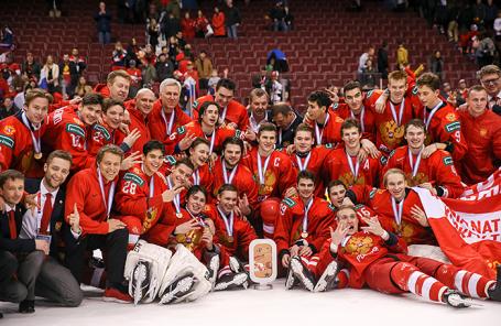 Игроки сборной России после победы в матче за третье место молодежного чемпионата мира по хоккею.