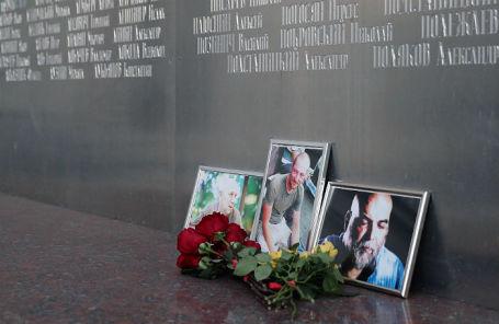 Цветы у Дома журналиста в память о троих убитых в Центральноафриканской Республике журналистах.