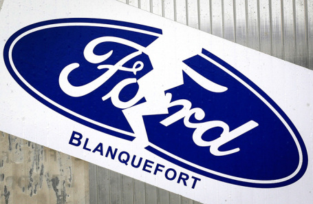 Логотип Ford у входа на завод в Бордо. Франция