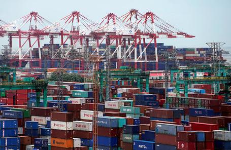 Грузовые контейнеры в порту Шанхая.