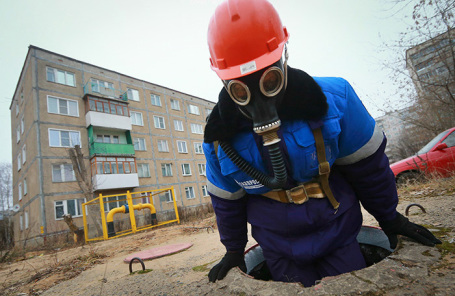 Работник газовой службы во время проверки подземных коммуникаций.