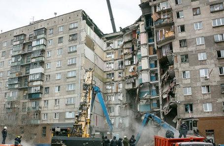 На месте обрушения подъезда жилого дома № 164 на проспекте Карла Маркса в Магнитогорске.
