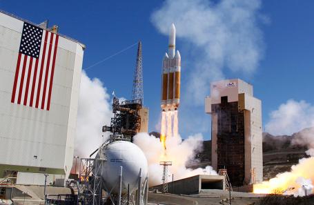 Запуск ракеты-носителя Delta 4 Heavy с разведывательным спутником на борту.