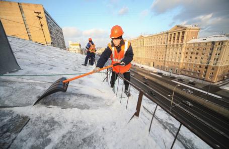 Очистка кровли от снега в центре Москвы.