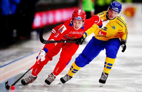 Эпизод хоккейного матча Россия — Швеция в Венерсборге.