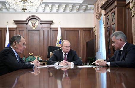 Владимир Путин на совещании с главой Минобороны России Сергеем Шойгу и главой МИД РФ Сергеем Лавровым в Кремле, 2 февраля 2019 года.