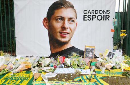 Цветы у портрета футболиста Эмилиано Салы. Нант, Франция.