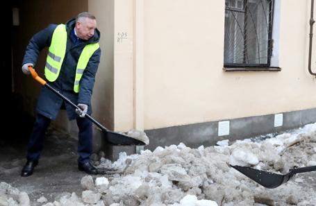 Врио губернатора Санкт-Петербурга Александр Беглов во время уборки снега на одной из улиц Санкт-Петербурга.