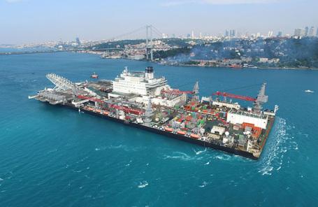 Трубопрокладочное судно в проливе Босфор.