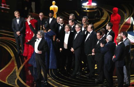 Режиссер «Зеленой книги» Питер Фаррелли получает «Оскар» за лучший фильм.