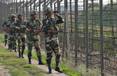 Индийские пограничники на границе с Пакистаном.