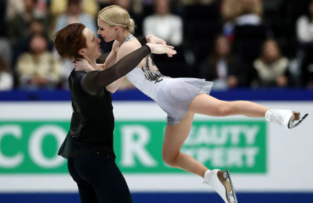 Евгения Тарасова и Владимир Морозов во время выступления в произвольной программе среди спортивных пар на чемпионате мира по фигурному катанию.