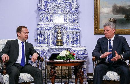 Премьер-министр РФ Дмитрий Медведев и кандидат в президенты Украины Юрий Бойко (слева направо) во время встречи.