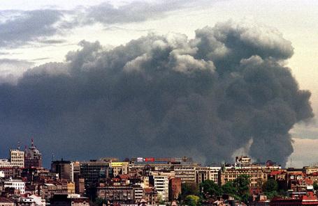 Дым над Белградом в результате авиационного удара НАТО по нефтеперерабатывающему заводу в Панчево. Апрель 1999 года.