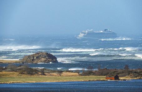 Круизный лайнер Viking Sky у берегов Норвегии.