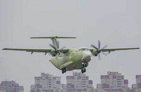 Новый российский военно-транспортный самолет Ил-112В во время испытательного полета в Воронеже.