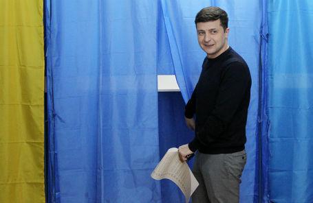 Кандидат в президенты Украины, актер Владимир Зеленский на избирательном участке.
