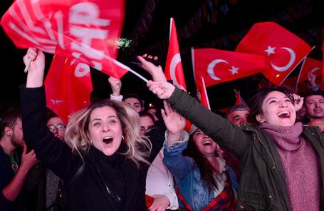 Сторонники оппозиционной Республиканской народной партии празднуют победу на выборах.