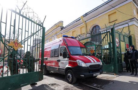Автомобиль пожарной службы у территории Военно-космической академии имени А. Ф. Можайского, где произошел взрыв.