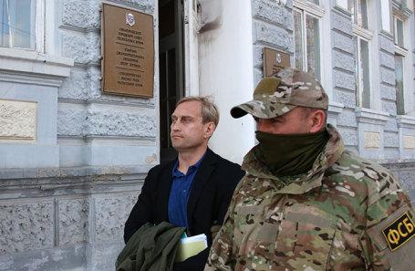 Глава администрации Евпатории Андрей Филонов (слева), задержанный после обысков в здании администрации.