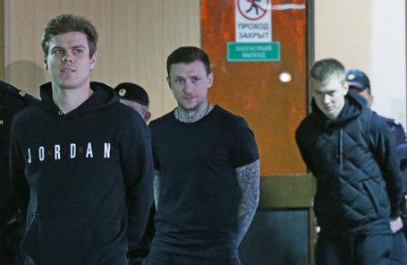Футболисты Александр Кокорин, Павел Мамаев и Кирилл Кокорин (слева направо), обвиняемые в хулиганстве по предварительному сговору, в здании Пресненского районного суда в Москве, 3 апреля 2019 года.