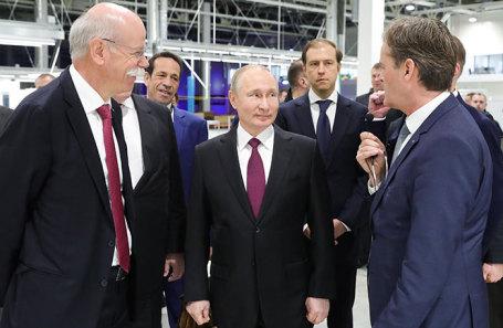 Владимир Путин во время церемонии открытия завода «Московия» по производству автомобилей Mercedes-Benz.