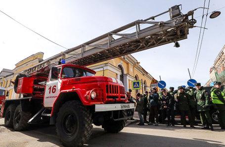 Автомобиль пожарной службы у территории Военно-космической академии имени А.Ф. Можайского, где произошел взрыв.