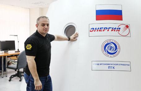 Бывший начальник летно-испытательной службы РКК «Энергия» Марк Серов демонстрирует макет пилотируемого транспортного корабля «Федерация».