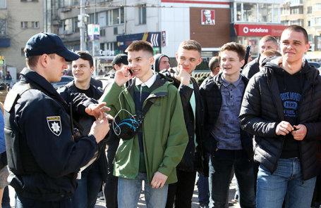 Молодежь у здания Центральной избирательной комиссии Украины в Киеве.