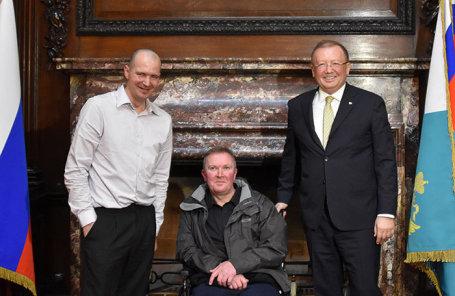 Чарльз Роули, его брат Мэтью Роули и посол РФ в Великобритании Александр Яковенко (слева направо) во время встречи в посольстве РФ в Лондоне.