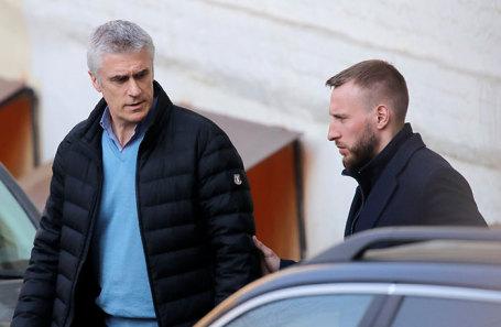 Майкл Калви (слева) после изменения меры пресечения с содержания под стражей на домашний арест в Басманном суде.