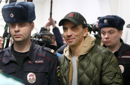 Михаил Абызов (в центре).