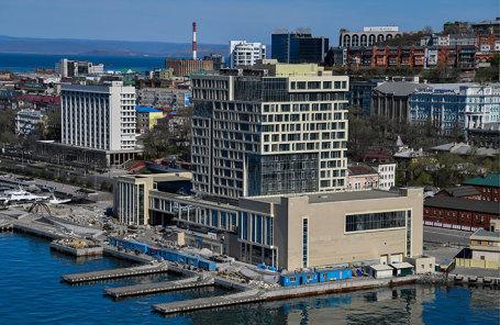 Вид на недостроенную гостиницу Hyatt на Корабельной набережной во Владивостоке.