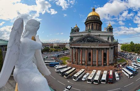 Туристические автобусы у Исаакиевского собора в Санкт-Петербурге.