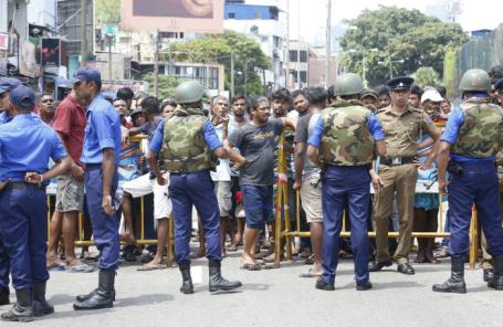 Шри-Ланка. Коломбо. Военнослужащие и офицеры полиции возле церкви святого Антония, где прогремел взрыв.