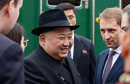 Лидер КНДР Ким Чен Ын и министр РФ по развитию Дальнего Востока Александр Козлов во время церемонии встречи у бронепоезда лидера КНДР на железнодорожном вокзале.