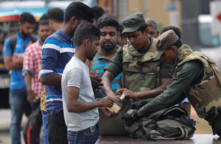 Спецназ досматривает людей в Каттанкуди —  одном из мусульманских городов Шри-Ланки.